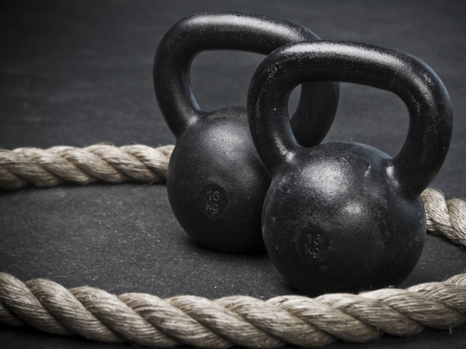 https://urbancombatives.com/wp-content/uploads/2019/01/kettlebells.jpg